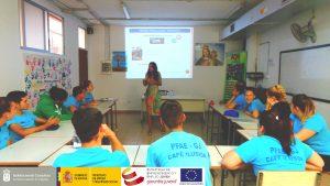 """El alumnado del PFAE-GJ""""Café Ilusión"""", reciben la formación sobre """"Prevención de VIH-SIDA e ITS-Uso del preservativo""""."""